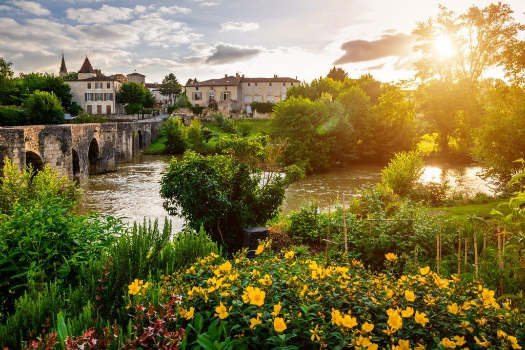 The Gélise, the Romanesque bridge and the city of Barbaste.