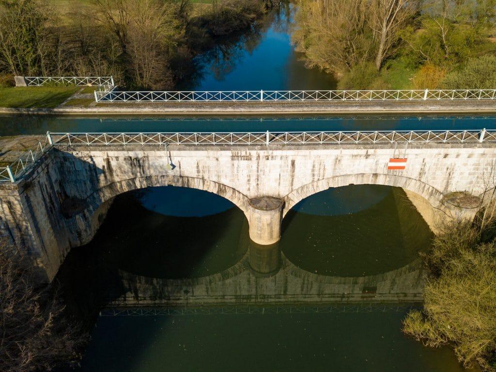 Le canal des 2 mers enjambe la la rivière Baïse à Vianne