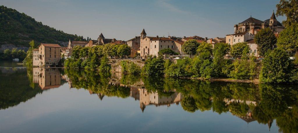 La ville de cahors se reflétant dans le Lot.